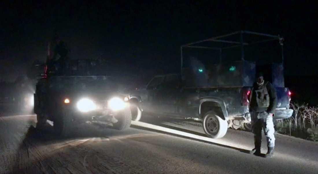 Irakiska armétrupper syns söder om Kirkuk tidigt på måndagsmorgonen.