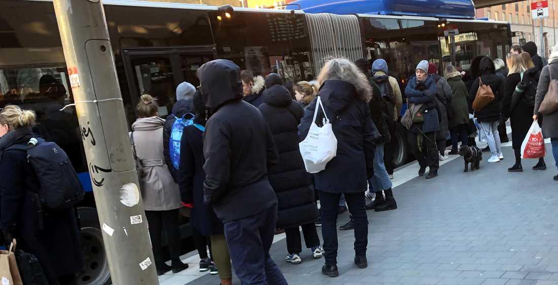 Tjockt med folk vid Buss 4 i Hornstull.
