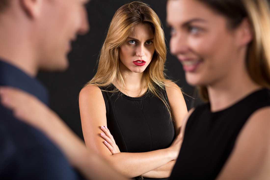 Läsaren undrar varför en tidigare sexpartner börjat stalkar honom nu när han dejtar en kvinna.