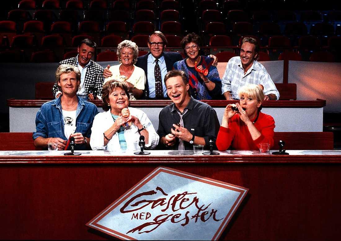 """""""Gäster ned gester"""" anno 1989. Jarl Borsén, Gunilla Åkesson, programledaren Lennart Swahn, Jeja Sundström, Lennie Norman, Lennart R Svensson, Inga Gill, Anders Eljas och Eva Bysing."""