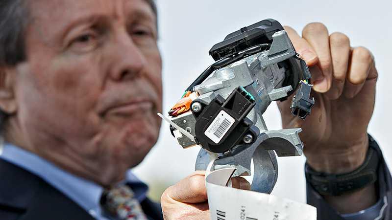Clarence Ditlow, executive director vid Center of Auto Safety, håller upp tändningslåset i fokus.