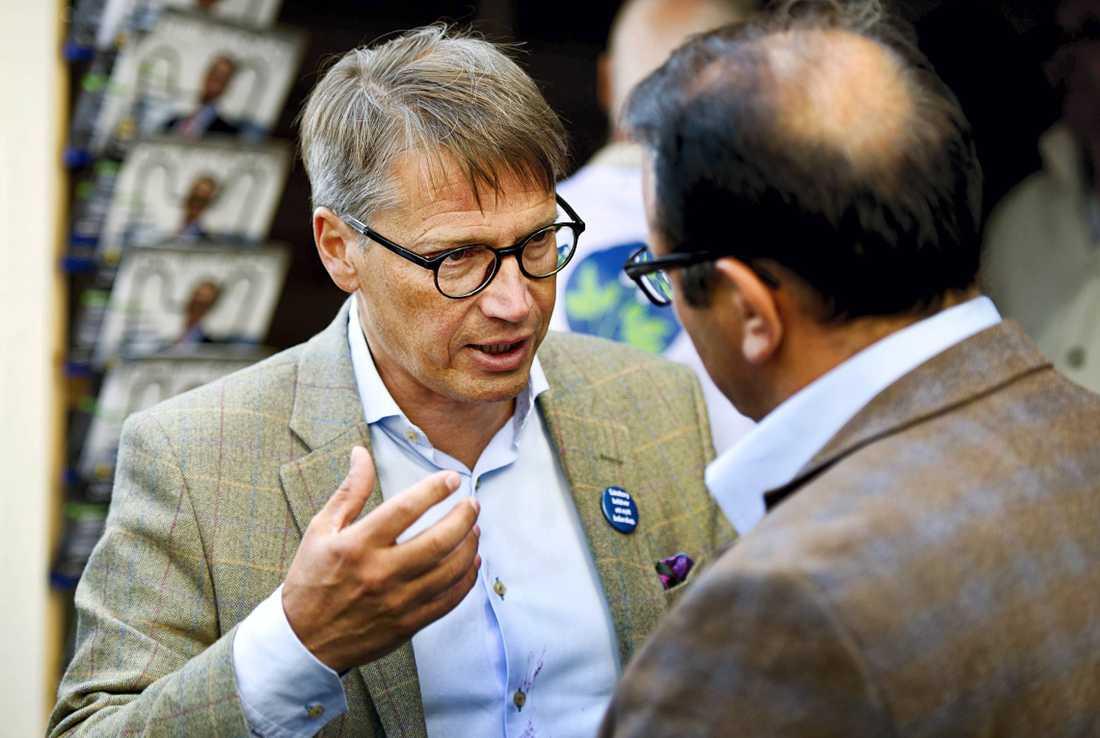 Socialminister Göran Hägglund (KD) har attackerats med en tårta mitt under ett pågående torgmöte. Polisen har omhändertagit en man i 20-årsåldern misstänkt för ofredande. – Han är transporterad till polisstationen, säger Peter Adlersson på Göteborgspolisen.