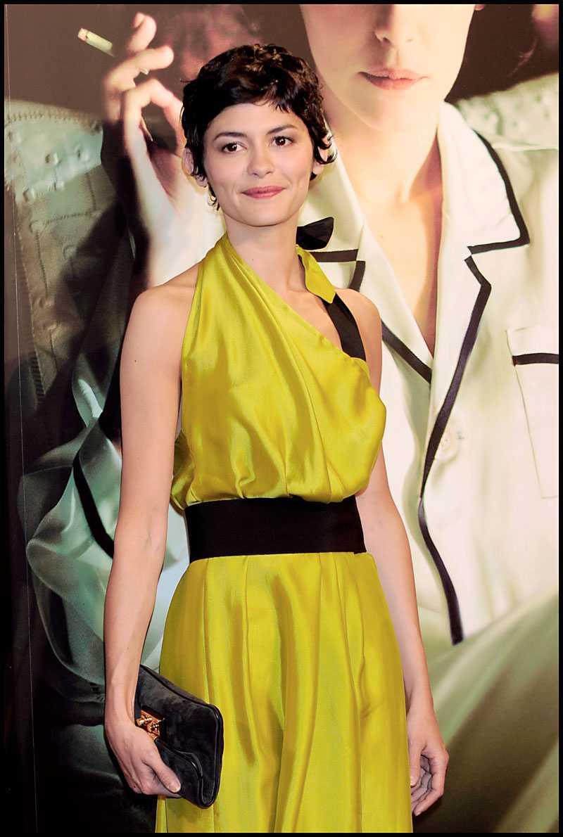 Audrey Tautou väljer gult framför blått i denna skapelse från Chanel.