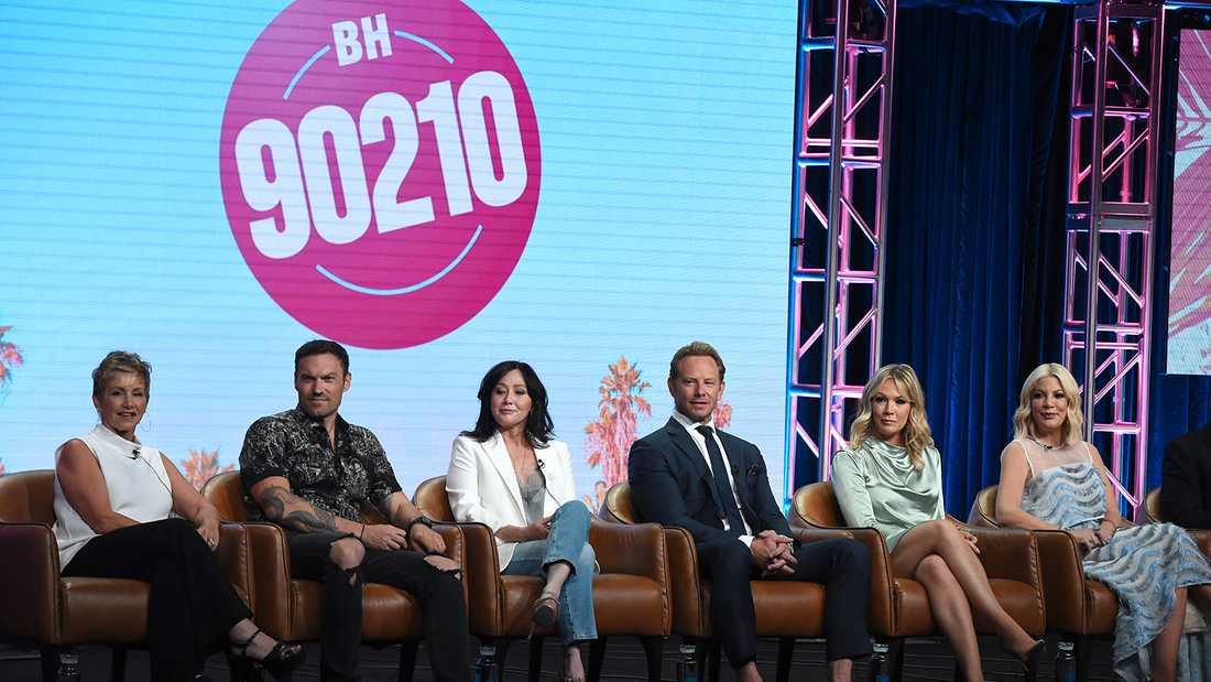 """""""Beverly Hills""""-skådespelarna på en presskonferens inför nypremiären av serien. Från vänster Gabrielle Carteris, Brian Austin Green, Shannen Doherty, Ian Ziering, Jennie Garth och Tori Spelling."""