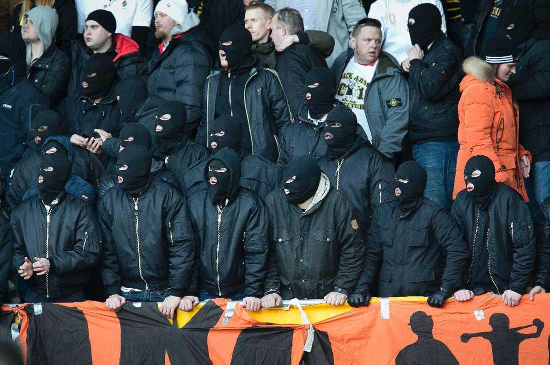 """""""FIRMAN BOYS"""" PÅ MATCH  Bilden är tagen på den allsvenska premiären mellan Elfsborg och AIK. De maskerande personerna står framför en """"Firman Boys""""-banderoll. Det våldsamma nätverket har hotat tidigare AIK-spelare."""