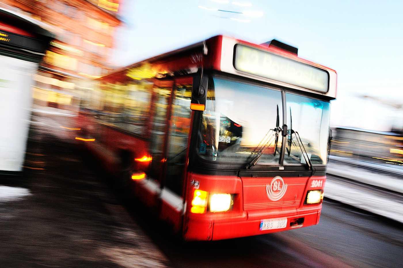 """Busstrafik Moderaterna i Stockholm vill lösa busskaoset med """"trimma"""" kollektivtrafiken, alltså minska den."""
