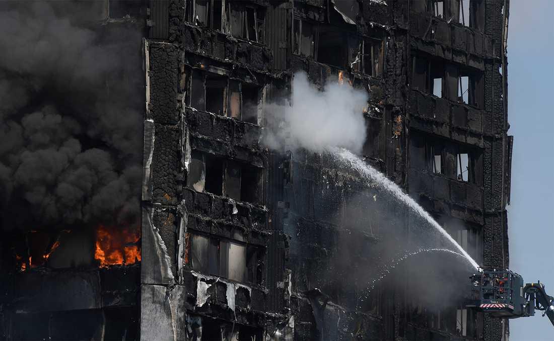 Hundratals brandmän fanns på plats.