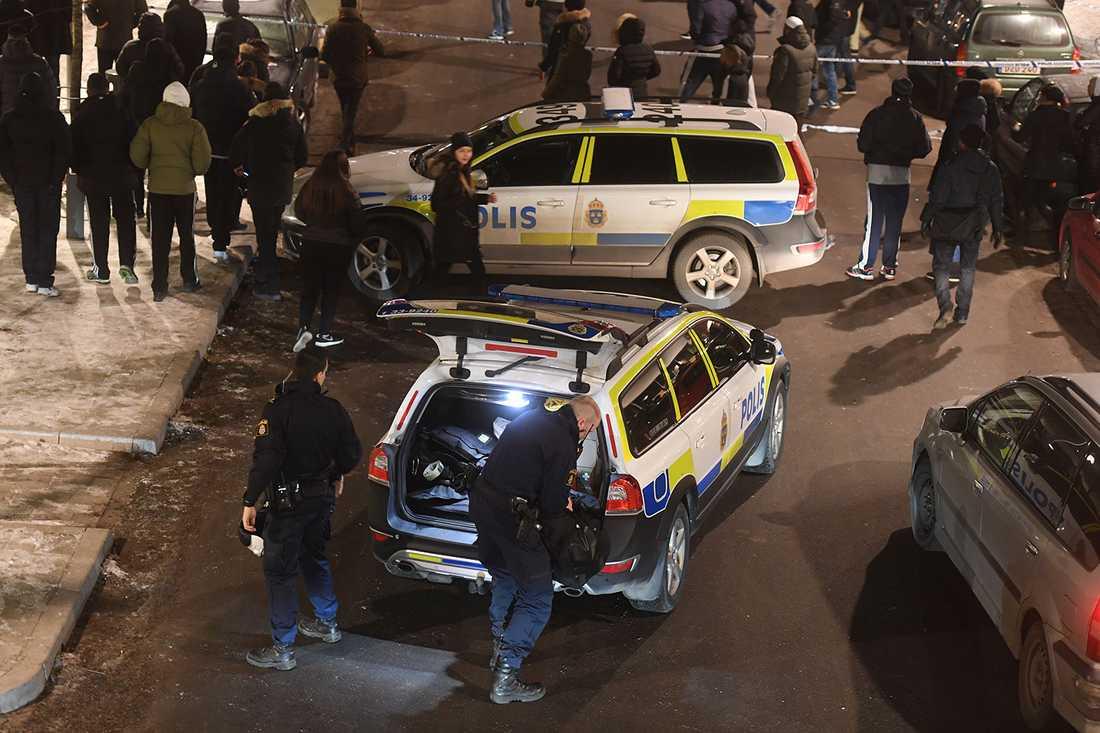 Polis och folksamling vid mordplatsen i Rinkeby.