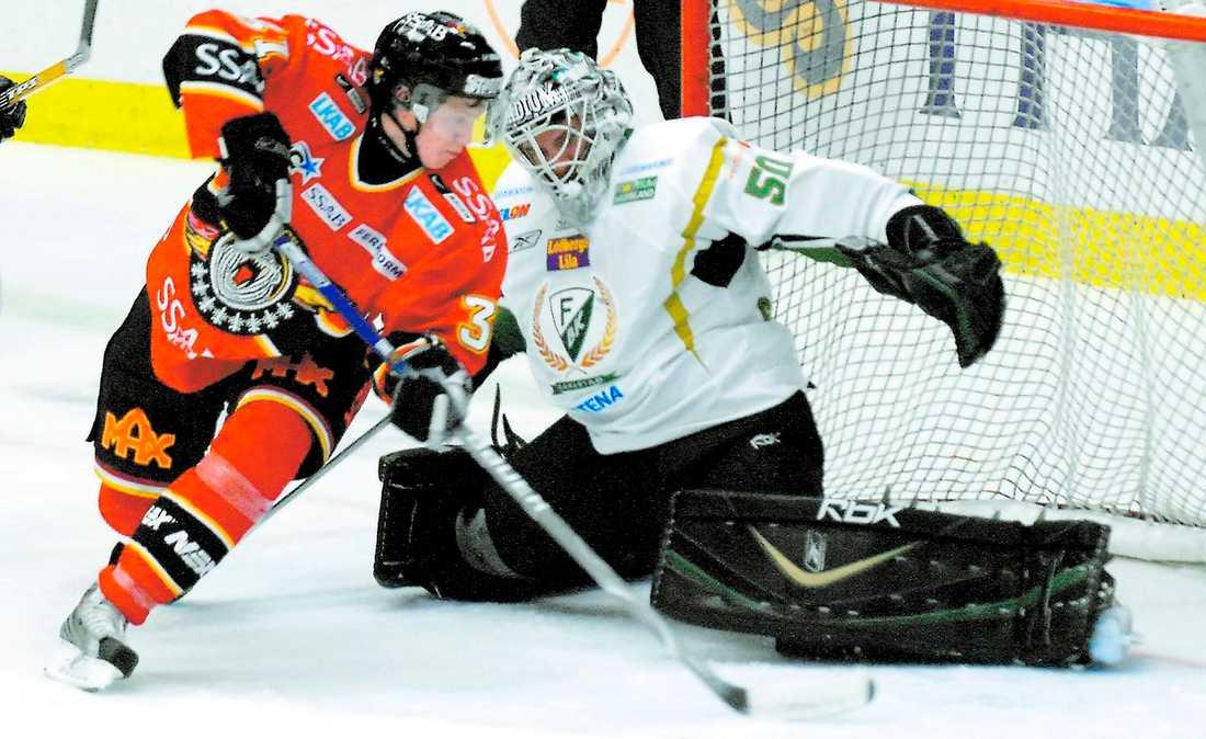 RENA RAMA MUREN Luleås Mikael Lidhammar försöker komma förbi Jonas Gustavsson i Färjestads kasse. Jonas Gustavsson har inlett säsongen bra och har bäst plus-snitt av alla spelare i elitserien.