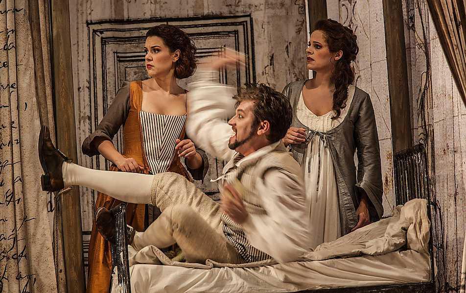 Lovande Ensemblen består av idel begåvningar. (Fr v) Susanna spelad av Lenneke Ruiten, Figaro spelad av Robert Gleadow och Grevinnan spelad av Camilla Tilling. Foto: Mats Bäcker