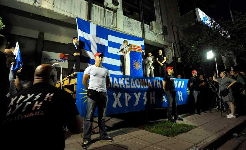 EXTREMSOMMAR Kriminella gäng driver runt på gatorna och misshandlar stadens invånare, och den militariserade polisen är korrupt. Läget i Aten överträffar snart Hollywoods dystopi. Här håller nynazisterna i Gyllene gryning möte i Greklands näst största stad, Thessaloniki. Foto: AP