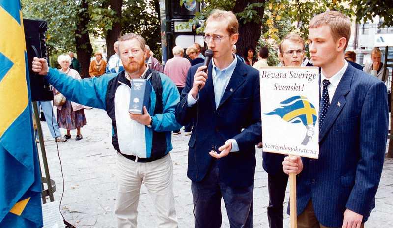 Sverigedemokrater håller 1998 möte i Brunnsparken i Göteborg. Då med den gamla partisymbolen i handen, den fascistiska facklan, och skinnskallarnas slagord.