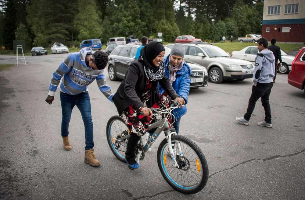 Aktivitetshelg i Nälden med internationell byfest på kvällen. Fahima Abdullahi, 14, lär sig cykla.