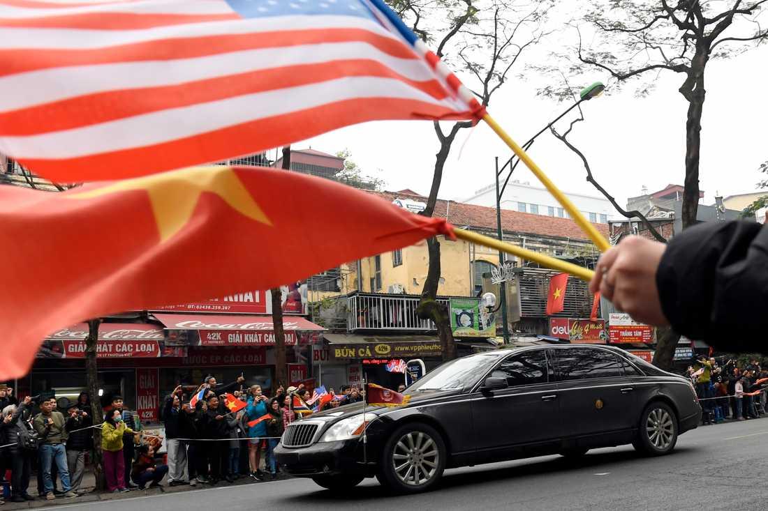 Tusentals människor flockades kring vägen när Nordkoreas diktator Kim Jong-Un körde in i Hanoi på tisdagsmorgonen.
