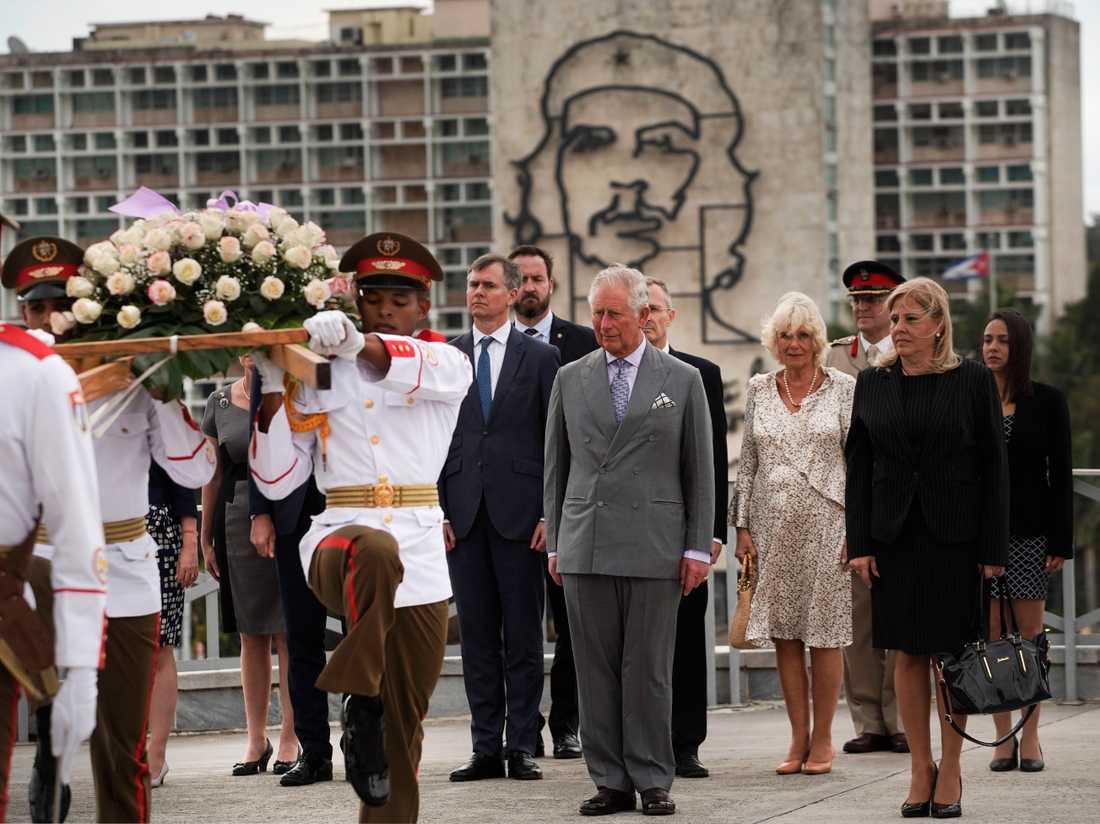 Prins Charles och Camilla Parker Bowles vid blomsterkransceremonin.
