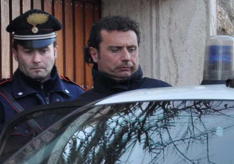 Lyxkryssaren Costa Concordias kapten Francesco Schettino greps av polis. Nu sitter han i husarrest.