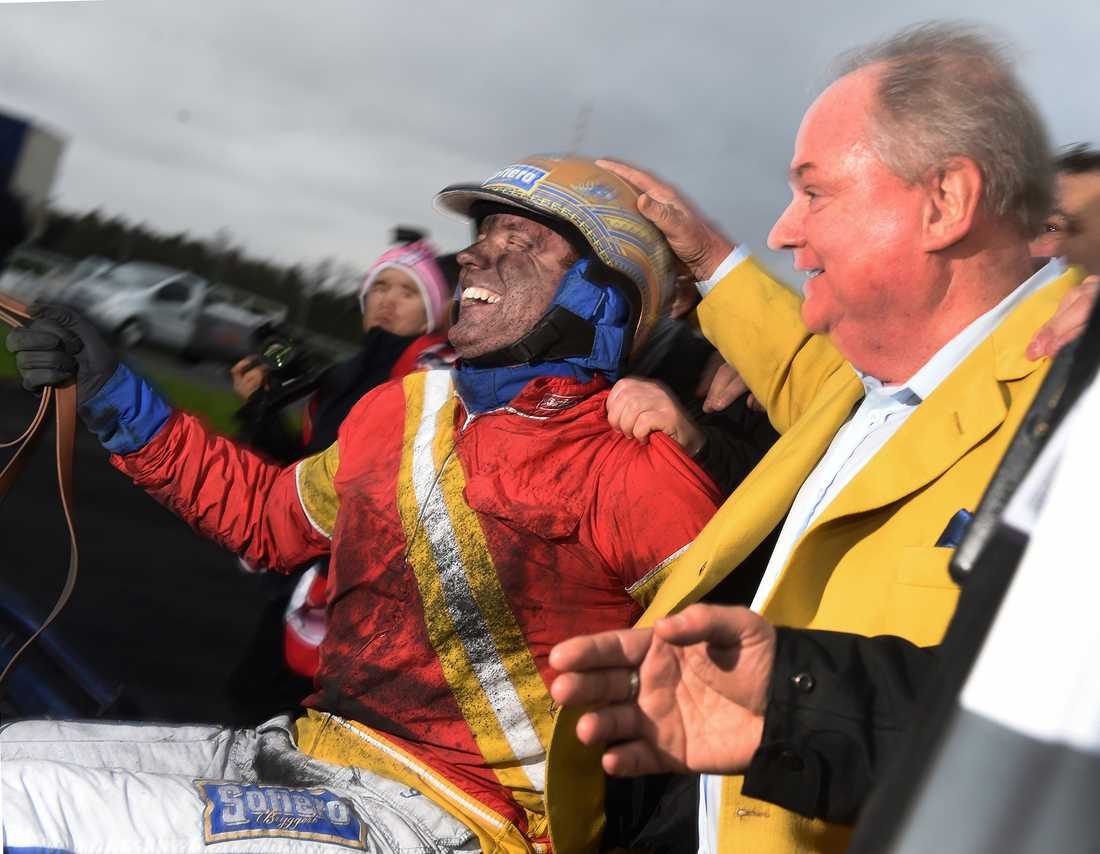 Readly Express-ägaren Rolf Andersson tillsammans med Björn Goop efter segern i Prix d'Amérique.