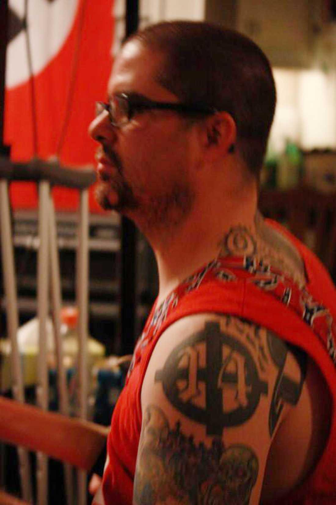 En bild från en MySpace-sida visar Wade Michael Page med vad som ser ut som en nazistflagga i bakgrunden.