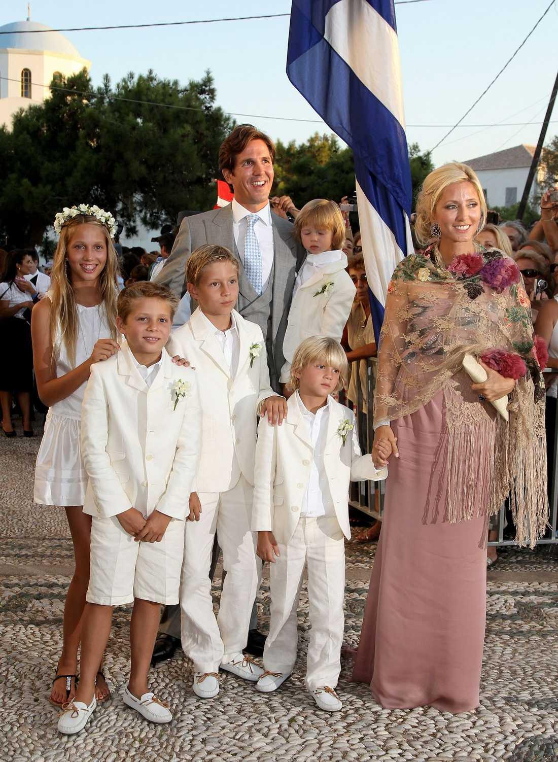 Greklands kronprinsessa Marie-Chantal, prins Pavlos och deras familj utanför kyrkan.