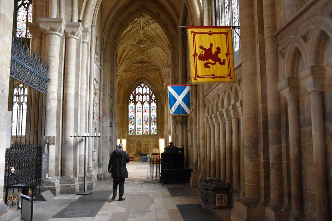 """I katedralen i Peterborough låg tidigare skotska drottningen Maria Stuart (1542–1587) begravd. Även om hon nu flyttats till London läggs här flitigt färska blommor på den tidigare gravplatsen – måntro på grund av uppmärksamheten efter den film om hennes liv som kom ut tidigare i år: """"Mary queen of scots""""."""