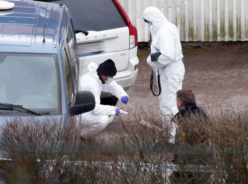 Polisens tekniker undersöker platsen i Uddevalla där tre människor mördats.