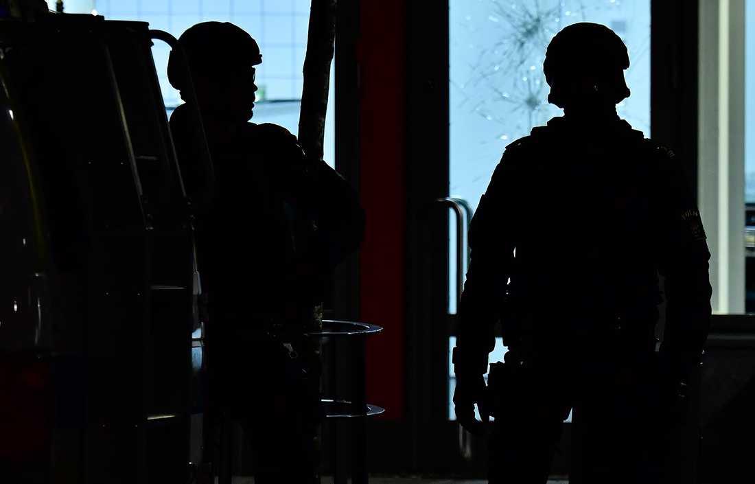 Poliser vid mordplatsen.