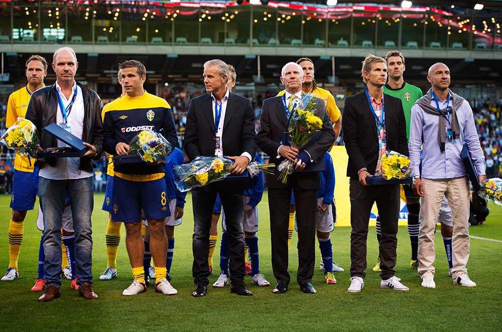 Thomas Ravelli, Anders Svensson, Roland Nilsson, Niclas Alexandersson och Henrik Larsson fick pris av UEFA för att ha spelat över 100 landskamper. Detta i samband med träningsmatchen mot Brasilien 2012.