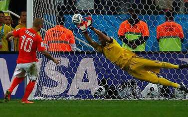 MISS! Wesley Sneijder Sergio Romero  räddar i det vänstra hörnet.