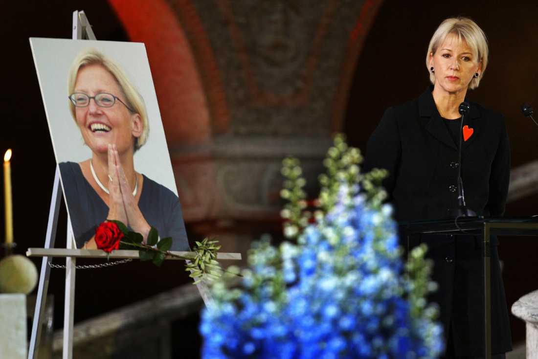 Minneshögtid i Stockholms stadshus 2003. Margot Wallström, Sveriges EU-kommissionär, tar farväl av sin goda vän och kollega Anna Lindh, Sveriges utrikesminister, som knivhöggs vid ett besök på varuhuset NK.