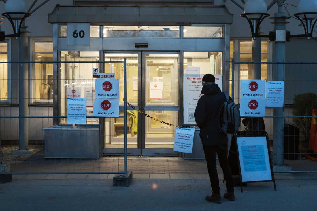Akutmottagningen vid Akademiska Sjukhuset i Uppsala har gjorts om till entre för personer med misstänkt covid-19.