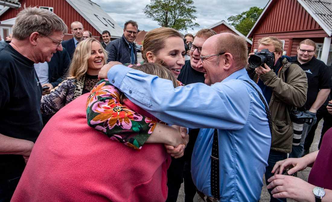 Det blir kramkalas när danska S-ledaren Mette Frederiksens kampanjbuss stannar i Faxe några mil söder om Köpenhamn.