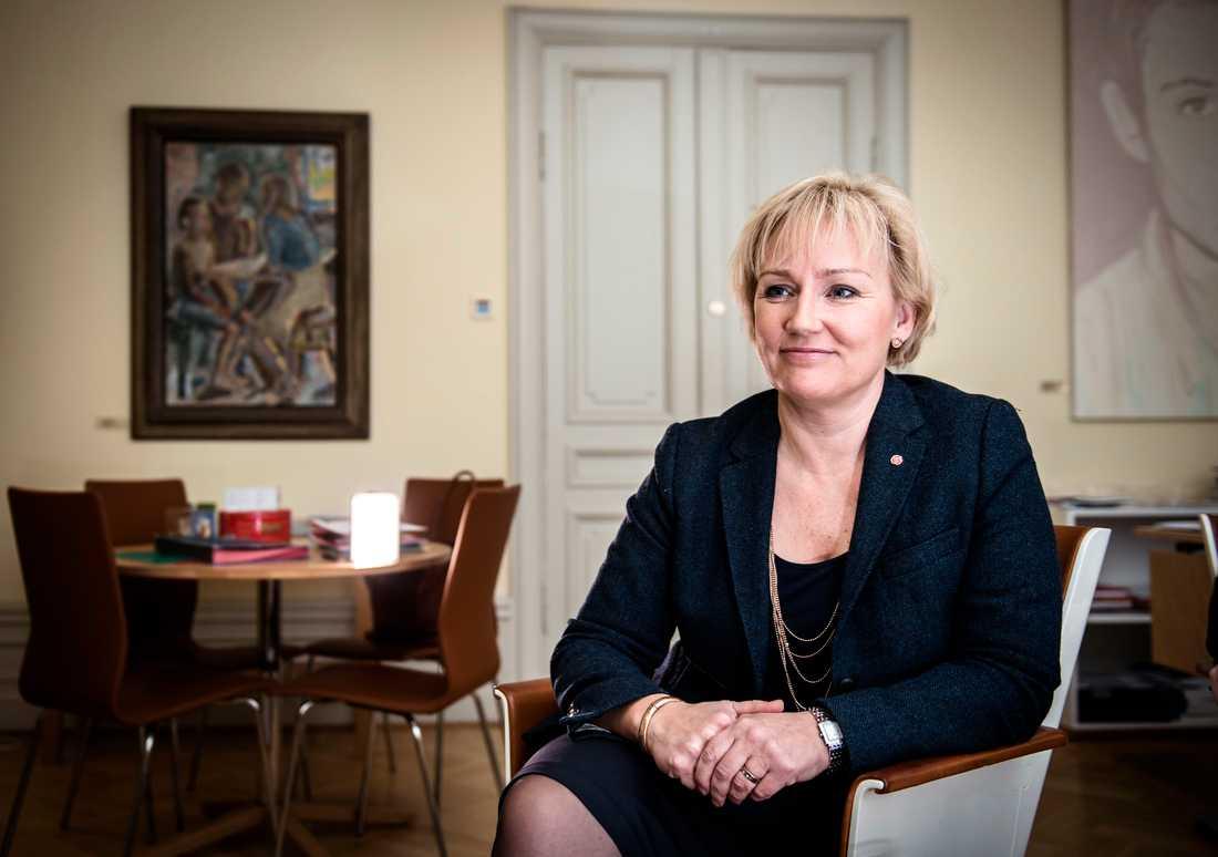 """I dag går ett brev ut från Utbildningsdepartementet till lärarfacken, skolledarna samt arbetsgivareorganisationerna inom kommun och friskola. Där bjuds parterna in till möte med regeringen """"för att diskutera formerna och den fortsatta processen"""" för att höja lärarnas löner. Bakom inbjudan står Helene Hellmark Knutsson, minister för högre utbildning och forskning."""