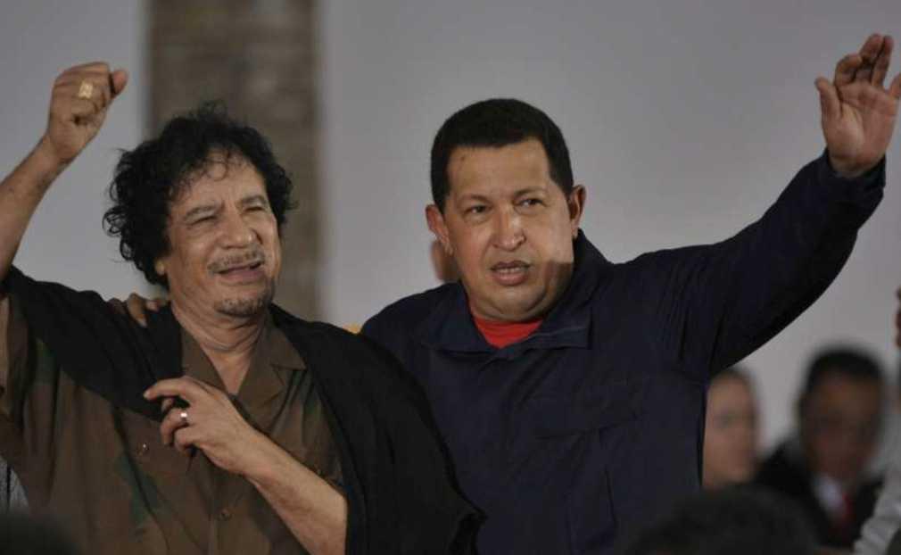 Kompisar Libyens president Moammar Gaddafi och Venezuelas president Hugo Chavez under ett möte i Venezuela 2009.