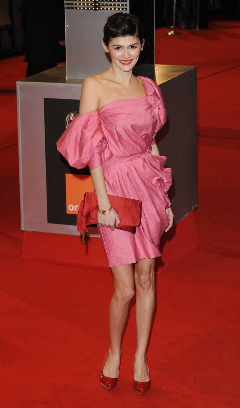 Audrey Tautou är en färgglad pingla som matchar rött och rosa på ett spännande sätt.