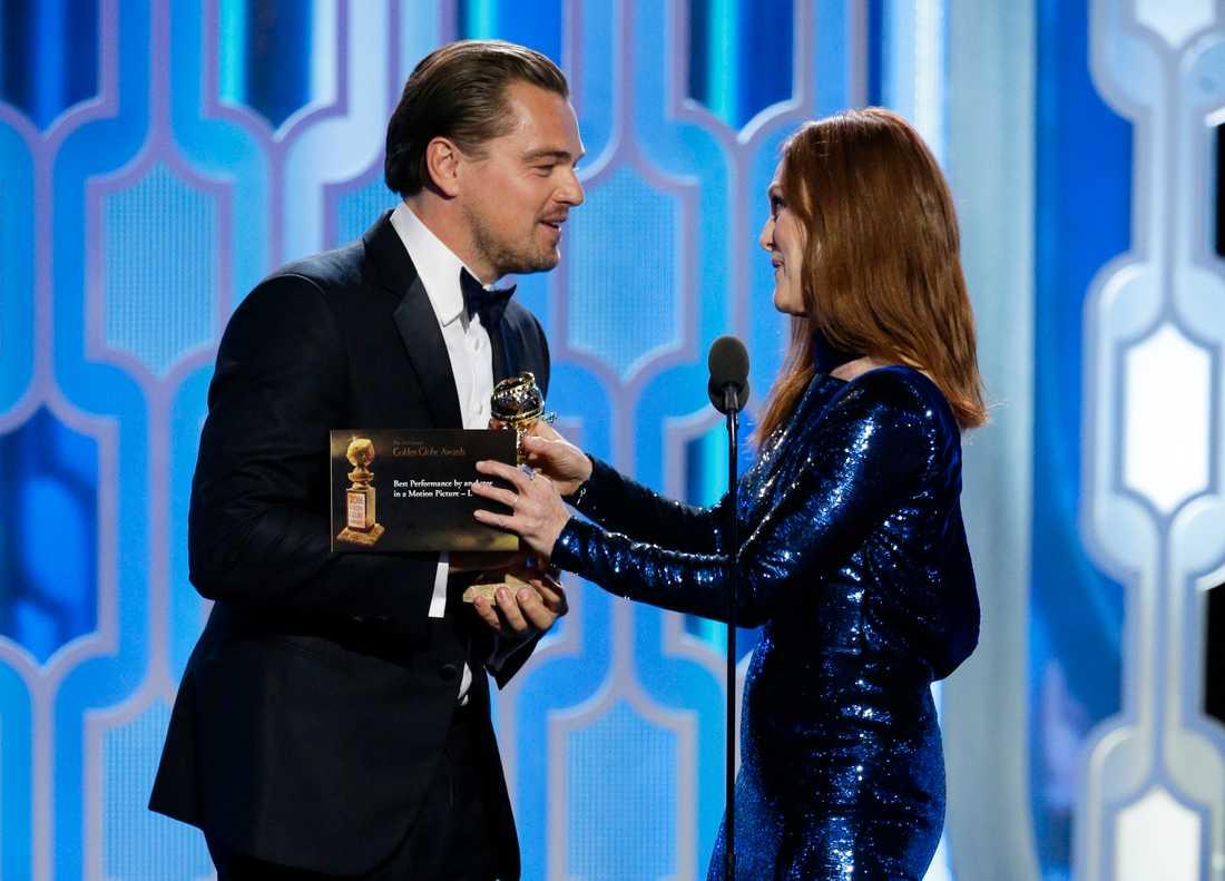 Leonardo DiCaprio får en Golden Globe av Julianne Moore.