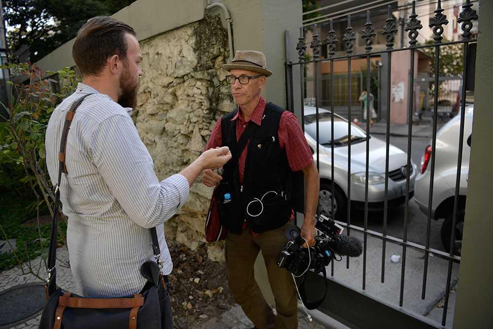 Aftonbladets reporter Victor Stenqvist intervjuar fotografen Staffan Ahlström.