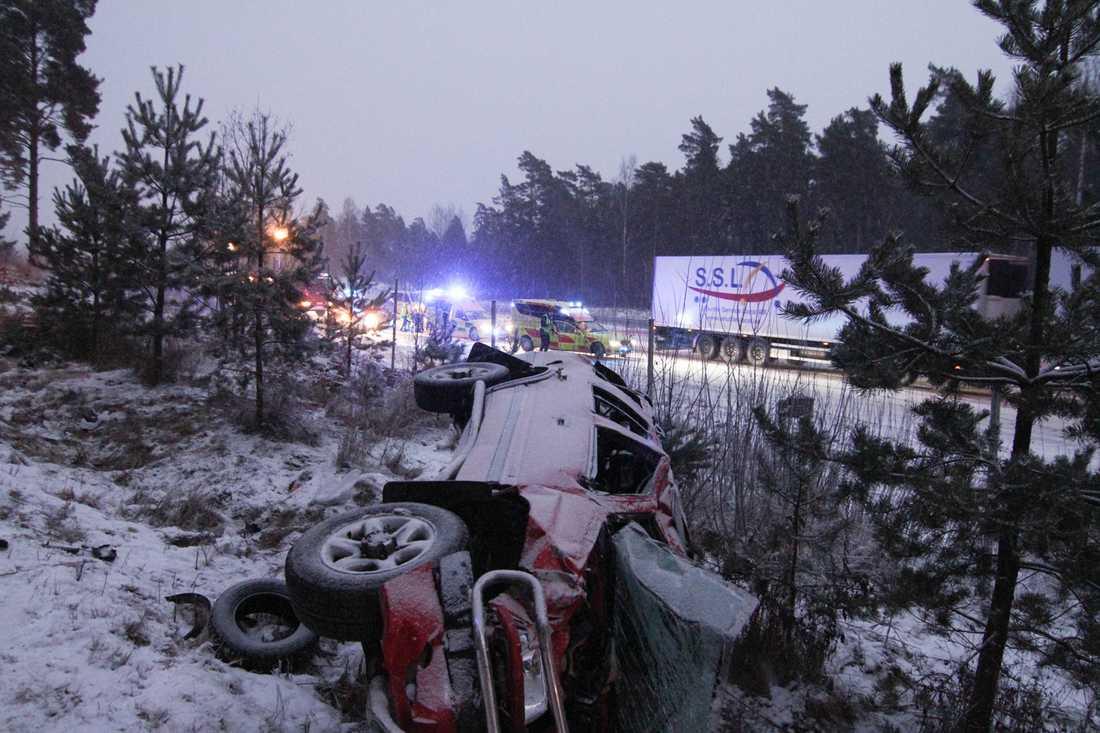 I Örebro, mellan Rejmes och Myrö, voltade en personbil på tisdagseftermiddagen.