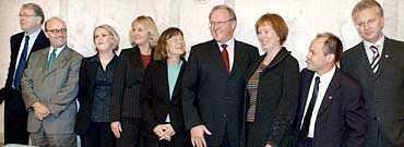 Alla nya ministrar Hans Karlsson, Gunnar Lund, Lena Hallengren, Berit Andnor, Ann-Christin Nykvist, Göran Persson, Leni Björklund, Morgan Johansson och Pär Nuder.