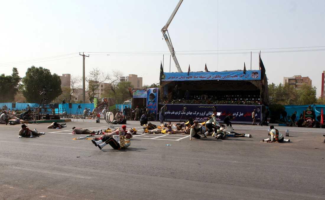 Minst 24 människor uppges ha dödats och ett 20-tal skadats i en attack mot en militärparad