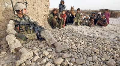 En kanadensisk soldat pratar med bybor under ett patrulluppdrag i Helmand-provinsen i södra Afghanistan.