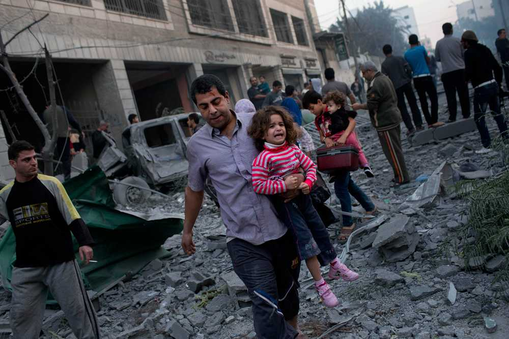 Människor i Gaza lämnar ett bombat område.