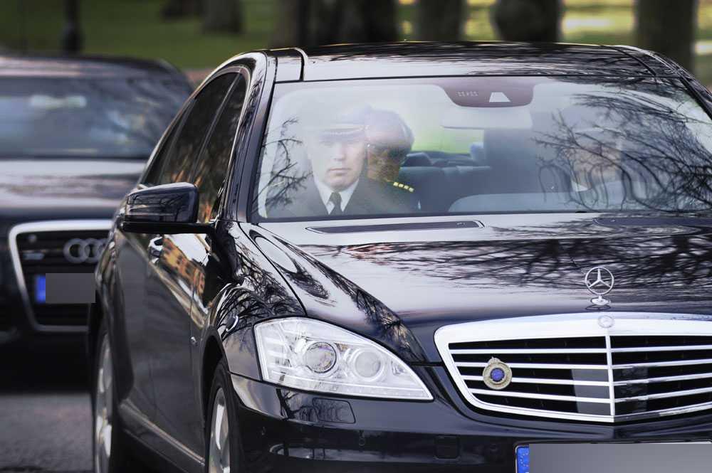 Kungen lämnar Drottningsholms slott för att åka till Haga och titta på bebisen.