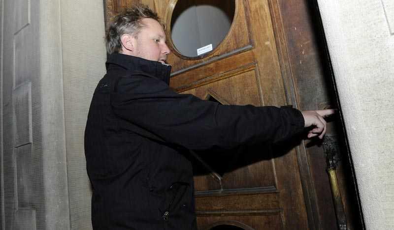 Robert Laul söker Klette på hans bostadsadress i Stockholm. Han är inte där.