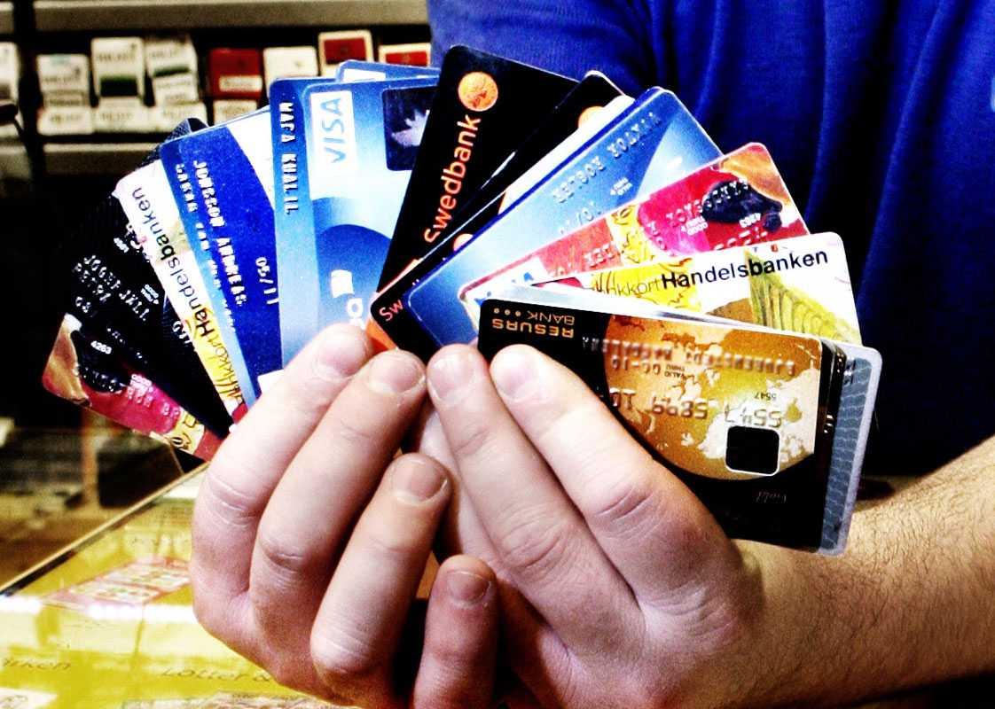 Välj ett kort Reagera om någon debiterar dig i svenska kronor på resan.