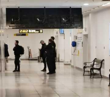 Jimmie Åkesson eskorteras av två danska poliser efter att ha landat på Kastrup.