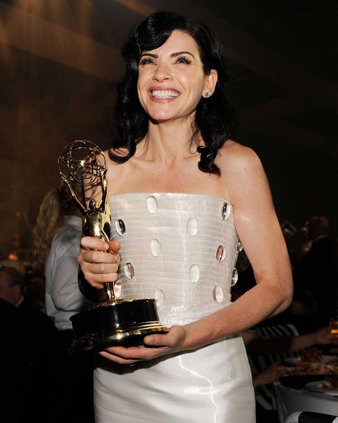 """Julianna Margulies var glad efter att ha vunnit en Emmy i kategorin bästa kvinnliga huvudroll i en dramaserie, för serien """"The good wife""""."""