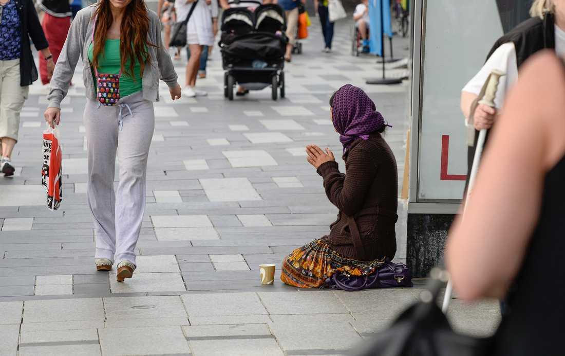 Både i storstäder mindre orter syns människor som tigger. Här på Sergels torg. Foto: Leif R Jansson/TT