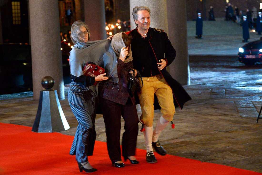 Nobelpristagare i blåsväder. Litteraturpristagaren Svetlana Aleksijevitj  anländer till Nobelbanketten i Stadshuset i Stockholm på torsdagen. Kajsa Öberg Lindsten (V) tolk och översättare av Svetlanas böcker.