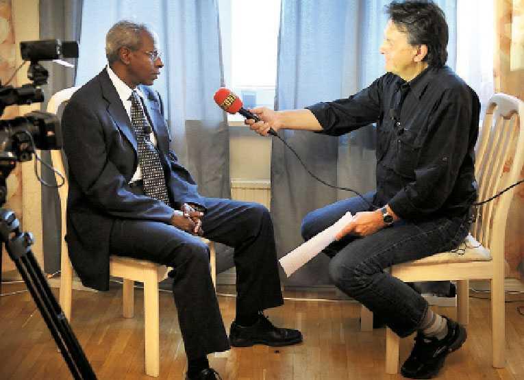 """Vill berätta om isaak Yemana Gebrab är Eritreas presidents närmaste rådgivare. Nu bryter landets regering för första gången tystnaden kring Dawit Isaak. """"Om vi bara får rätten att förklara oss, vilket vi får här nu i Sverige, är vi beredda att förklara"""", säger Gebrab."""