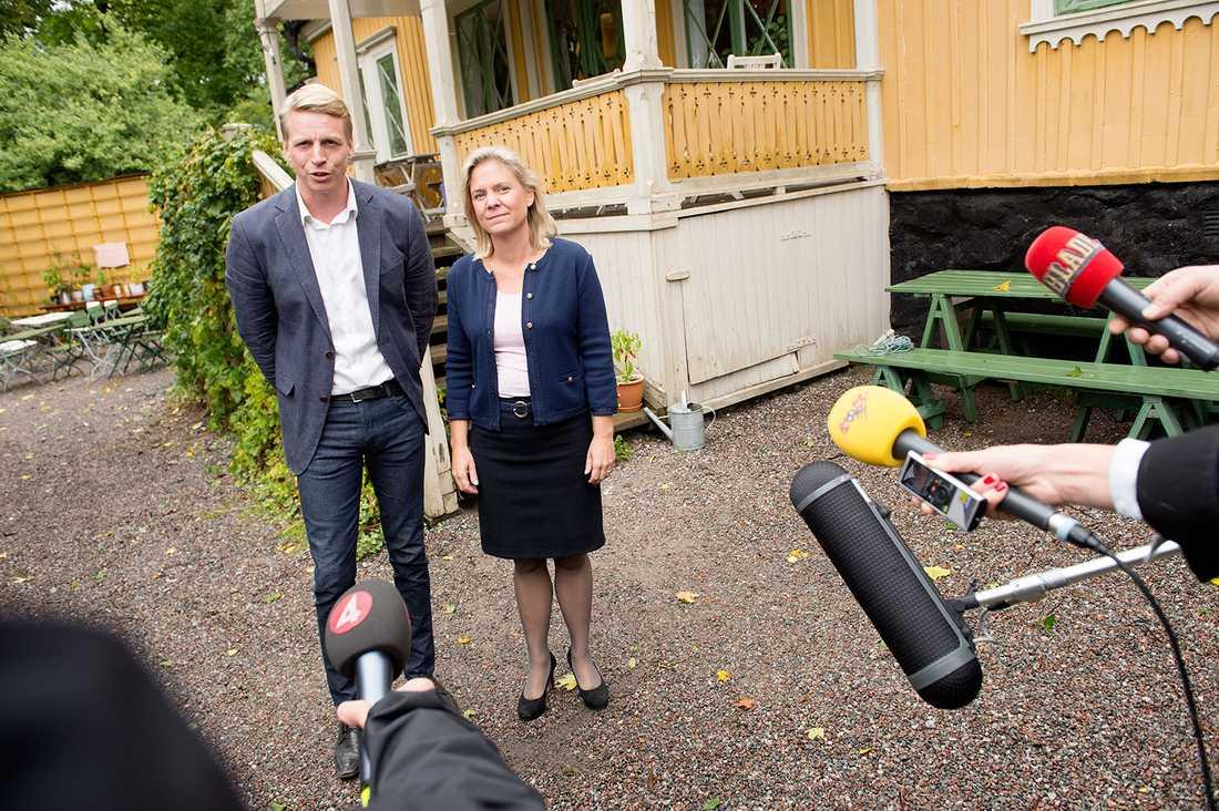 """Magdalena Andersson blir finansminister i en S-ledd regering. Som ekonomisk-politisk talesperson förhandlar hon just nu med Per Bolund, som har samma roll i Miljöpartiet, om budgetpropositionen. Hon förväntar sig dock inga nattmanglingar, sa hon vid en pressträff. """"Vi har haft väldigt bra samtal, vi trivs bra ihop och har haft en konstruktiv dialog""""."""